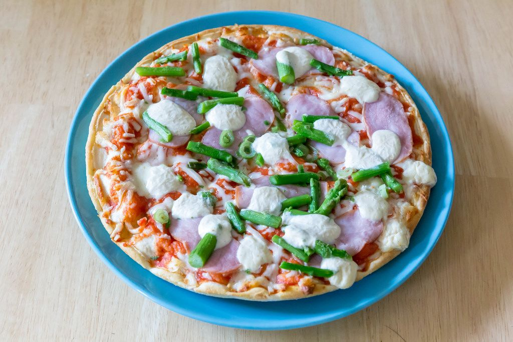 Tiefkühl-Pizza mit Spargel, Schinken und Mozarella