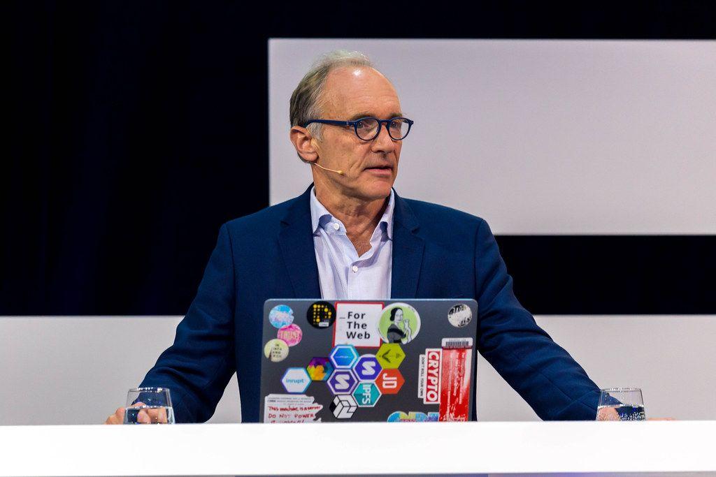 Tim Berners-Lee diskutiert über die Zukunft vom Web auf der Bühne der Digital X in Köln