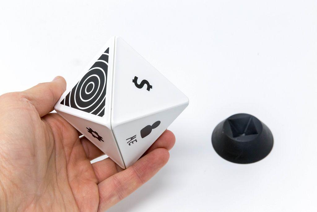 TIMEULAR - ZEI - Zeit Tracking Octagon in Weiß in Hand gehalten