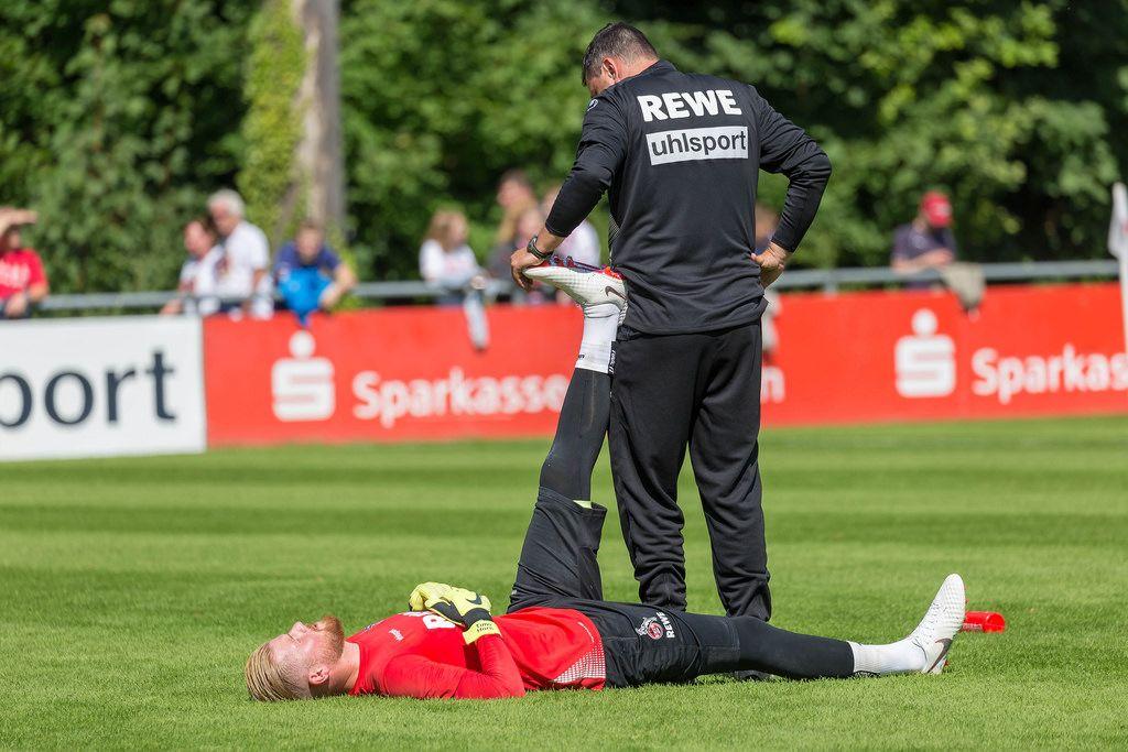 Timo Horn beim Dehnen vor dem Training