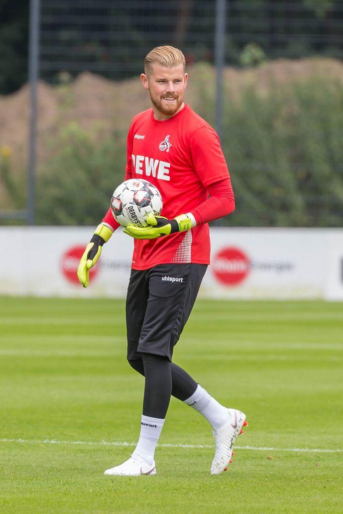 Timo Horn mit Lächeln im Gesicht und Ball in Hand