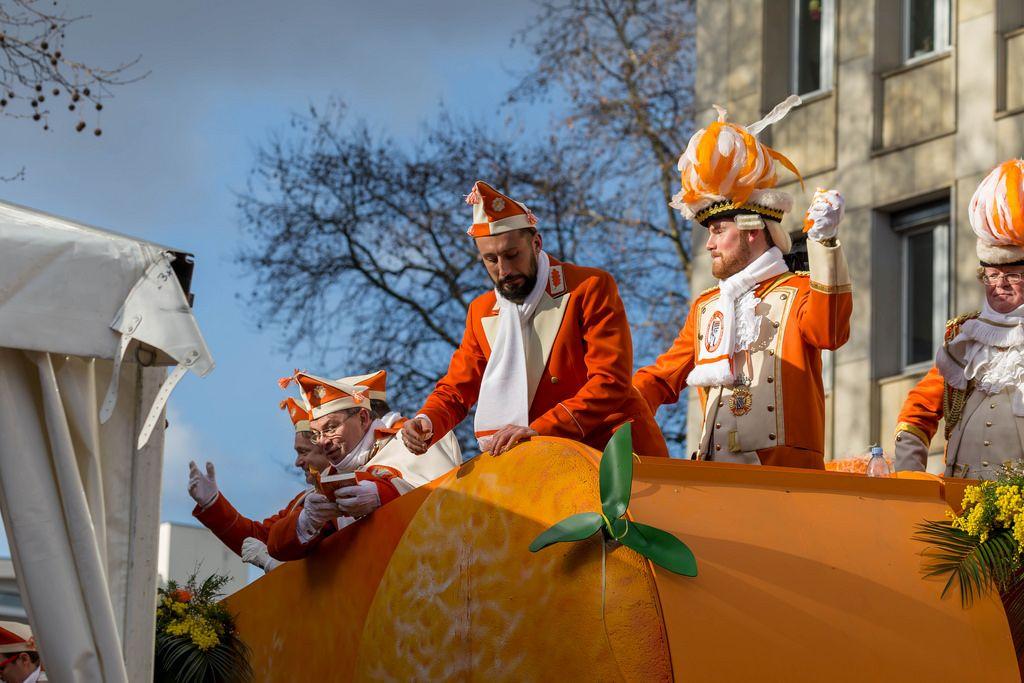 Timo Horn und Dominic Maroh fahren auf dem Präsidentenwagen der Appelsinefunke - Kölner Karneval 2018