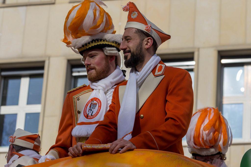 Timo Horn und Dominic Maroh genießen die Fahrt auf dem Präsidentenwagen der Appelsinefunke - Kölner Karneval 2018