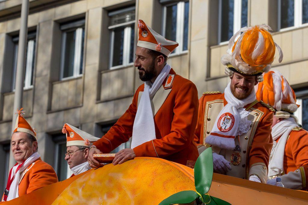 Timo Horn und Dominic Maroh haben sichtlich Spaß beim Rosenmontagszug - Kölner Karneval 2018
