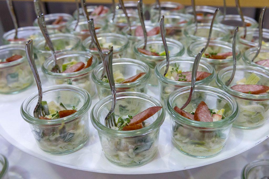 Tiroler Kaminwurzen mit Apfel-Lauchsalat in kleinen Gläschen auf dem BarCamp Bonn