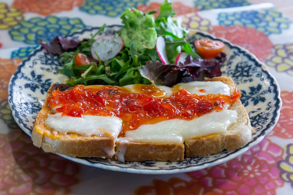 Toast mit Käse und Paprika-Marmelade