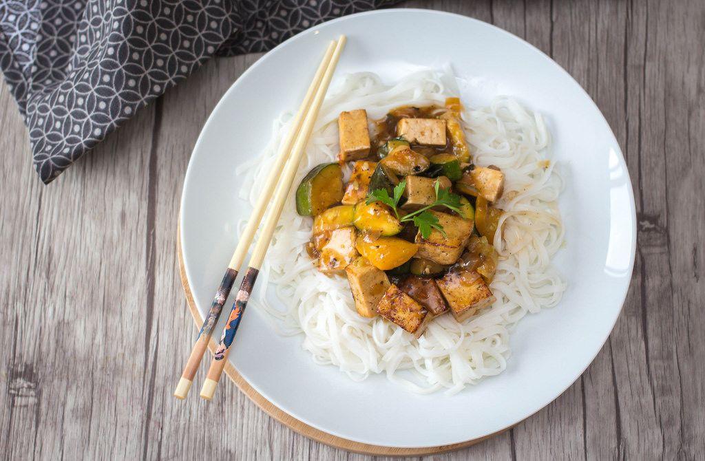 Tofu in Soße mit Bandnudeln aus Reis. Draufsicht