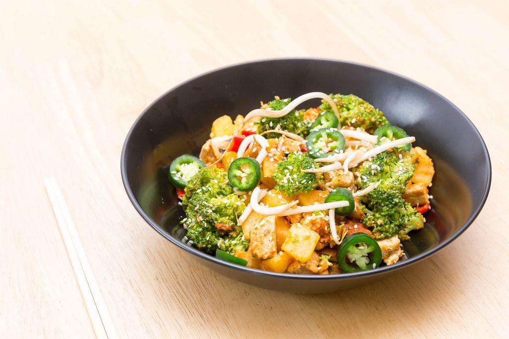 Tofu-Kartoffel-Stir-Fry mit Brokkoli und Sojasprossen