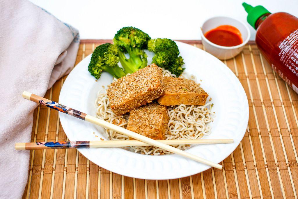 Tofu mit Sesam, Ramen-Nudeln und Brokkoli