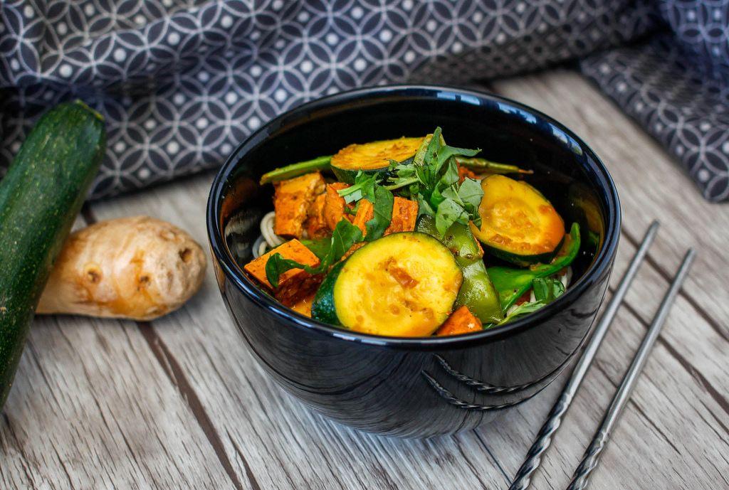 Tofu mit Zucchini und Brechbohnen
