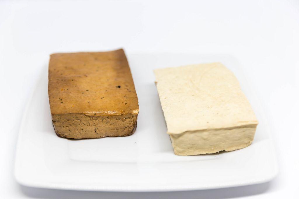Tofu und Räucher-Tofu auf weißen Teller