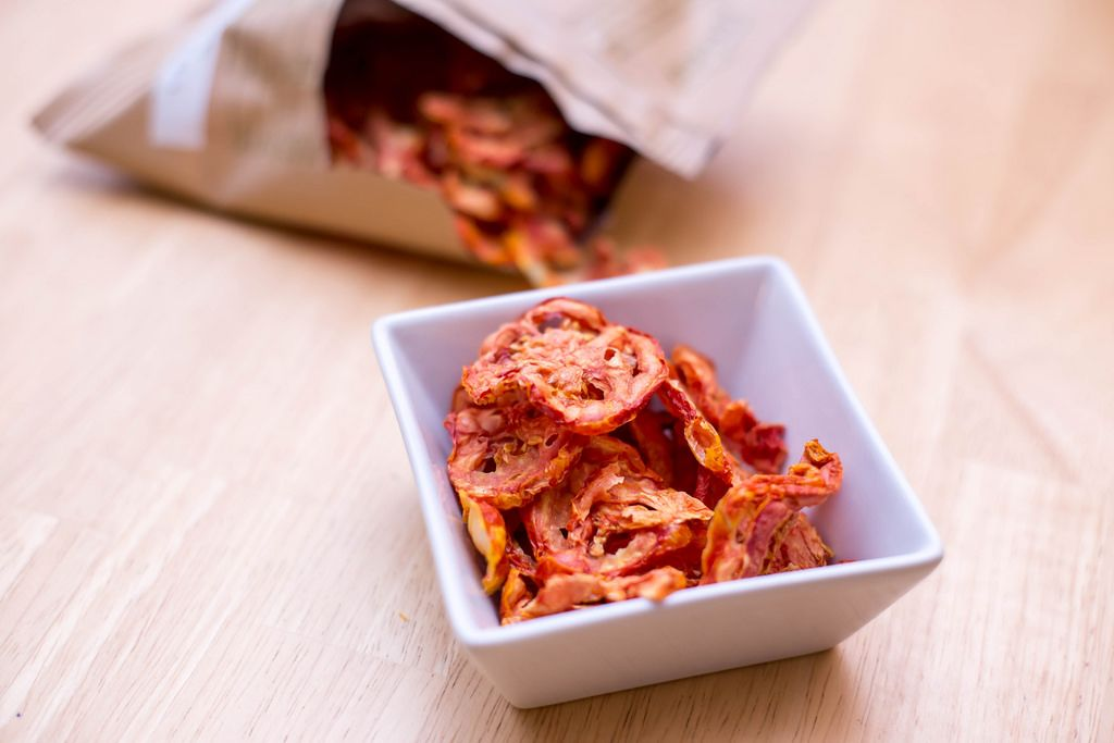 Tomato chips by Dörrwerk in a dish