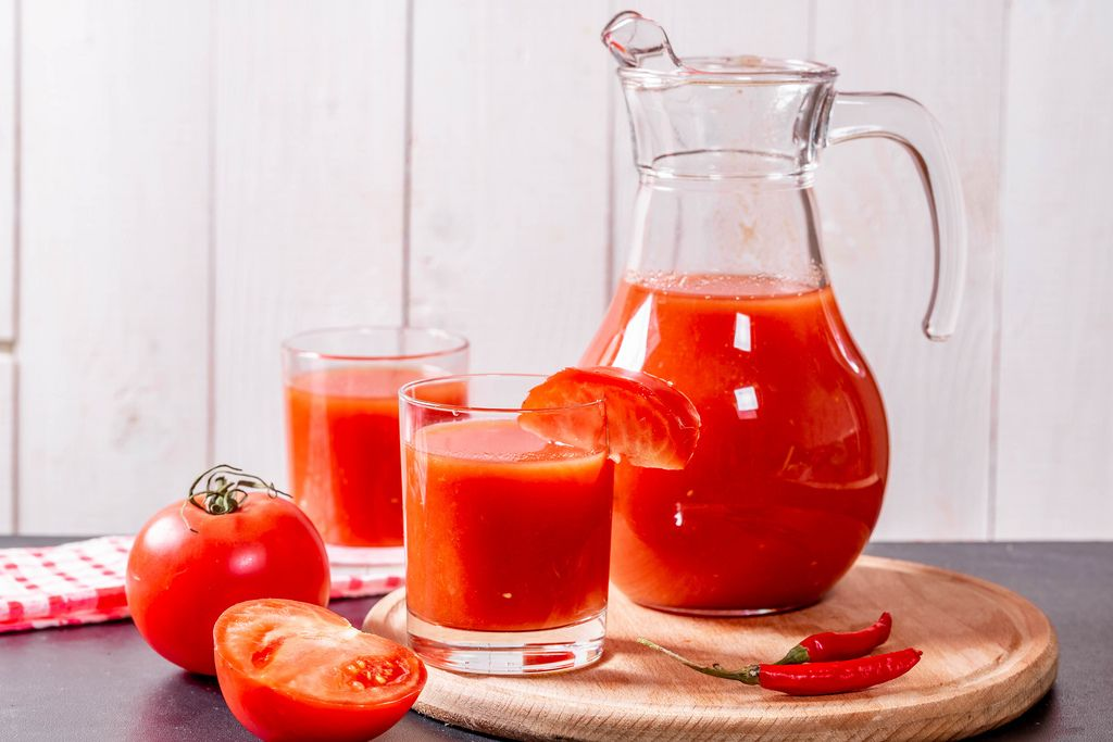 Tomato juice with raw tomatoes