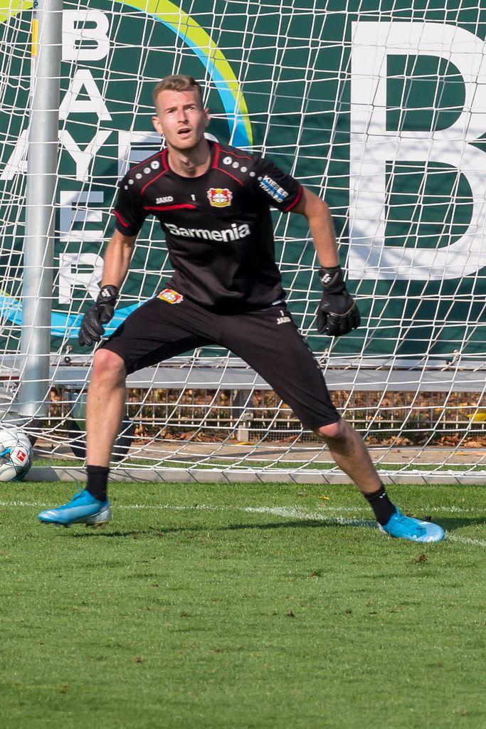Torwart Lukas Hradecky in Action, während des Fußballtrainings des Bayer 04 Leverkusen