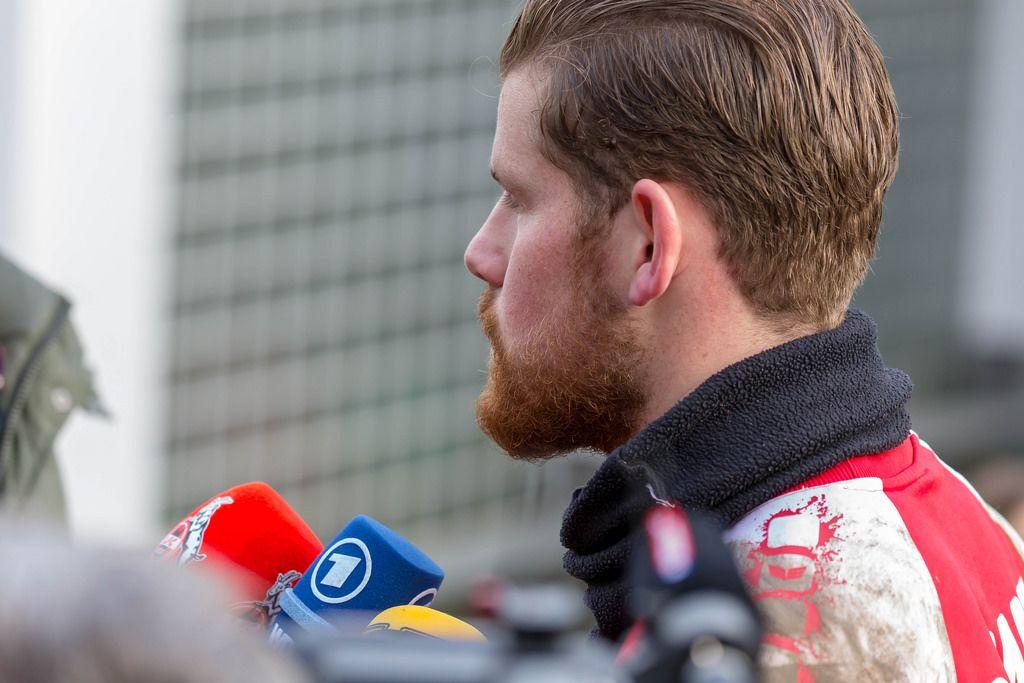 Torwart Timo Horn beantwortet Fragen der Reporter