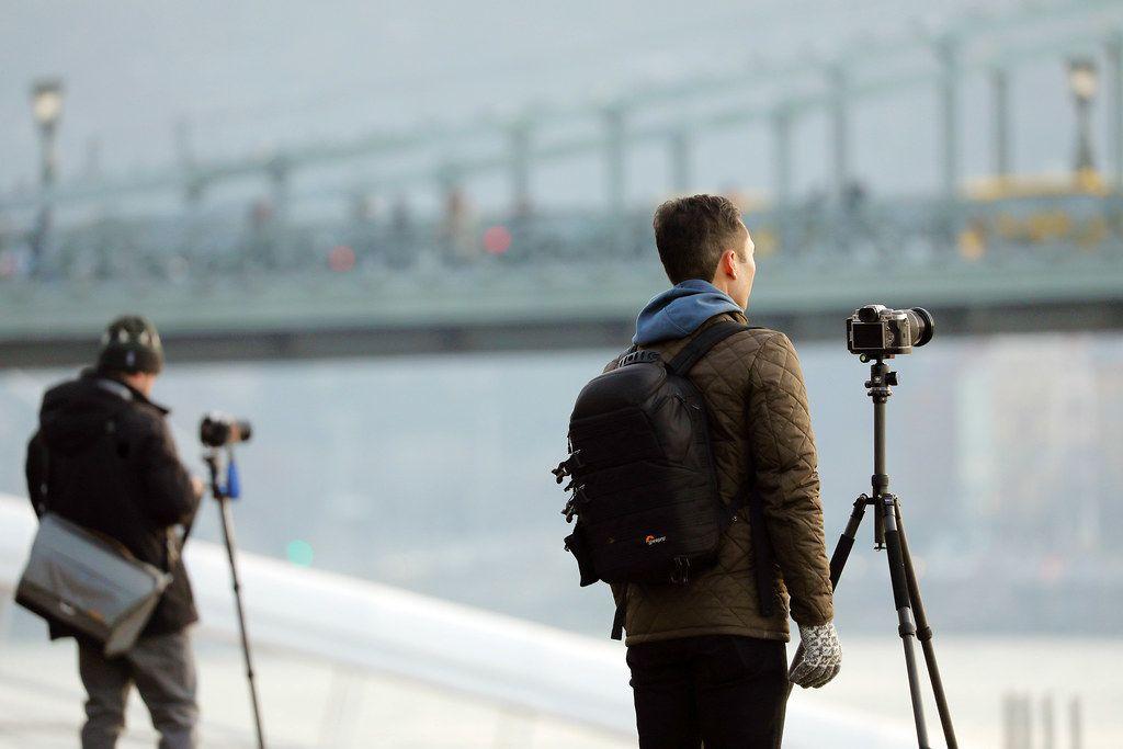 Touristen fotografieren die Donau in Budapest, Ungarn