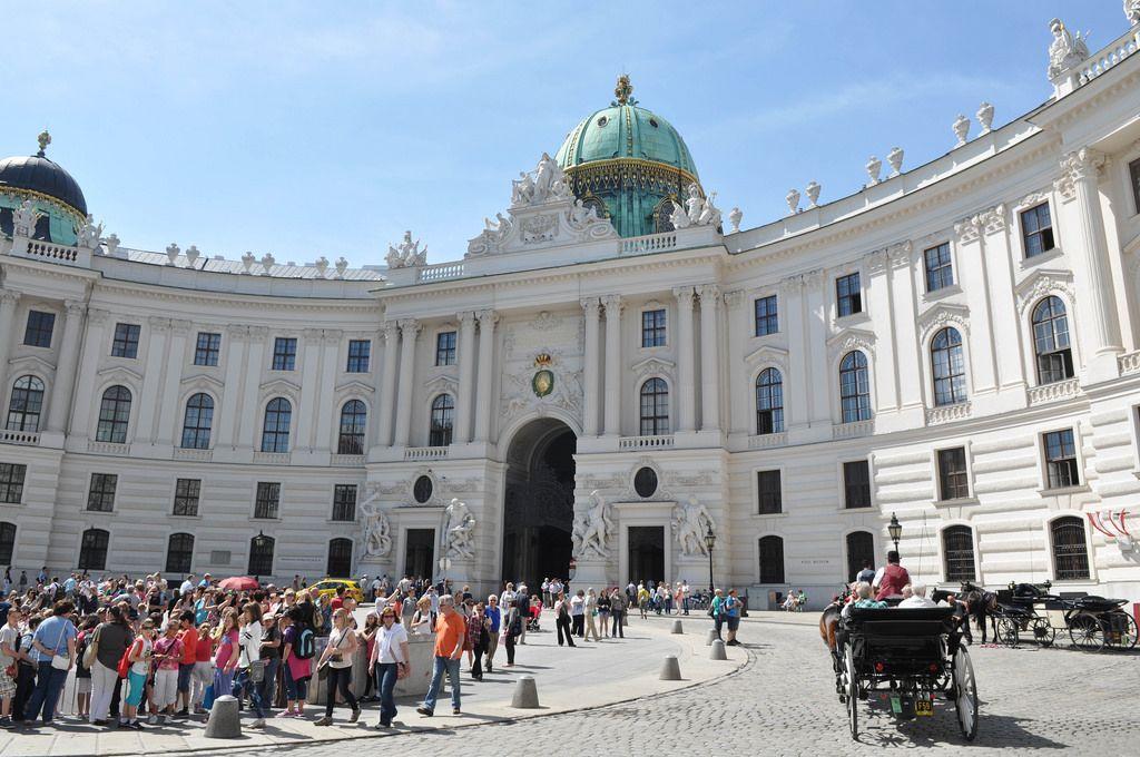 Touristen und Fiaker bei der Hofburg in Wien