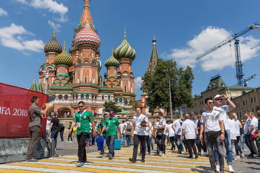 Touristen und Fußball-Fans laufen an der Basilius Kathedrale vorbei