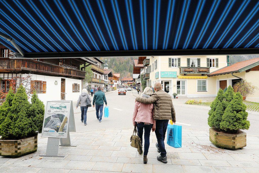 Tourists walking in Reit im Winkl, German village (Flip 2019)