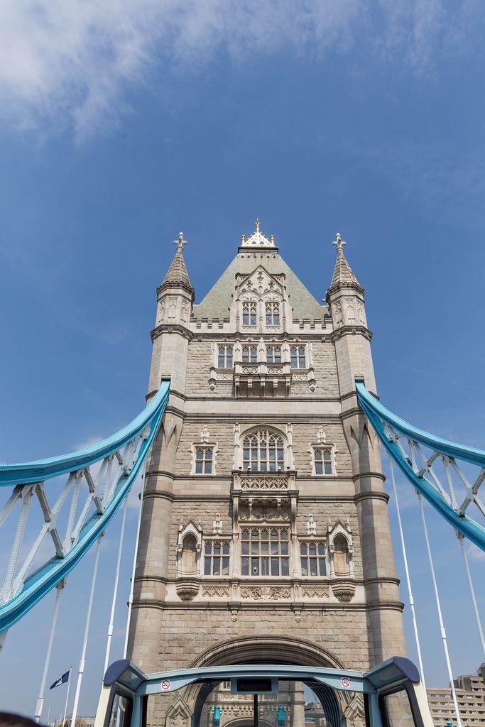 Tower Bridge in London aus einem Sightseeing-Bus fotografiert