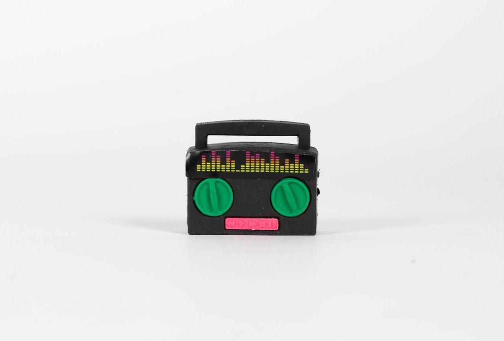Tragbares Radio vor weißem Hintergrund