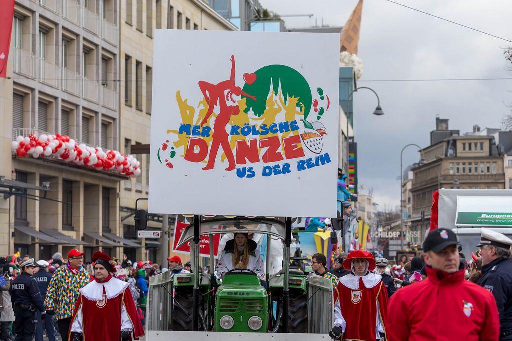 Traktor mit der Aufschrift Mer Kölsche Danze us der Reih - Kölner Karneval 2018