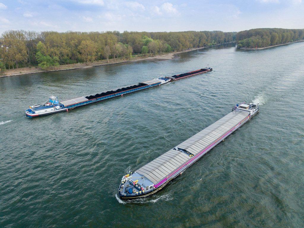 Transportschiffe auf dem Rhein an der Siegmündung