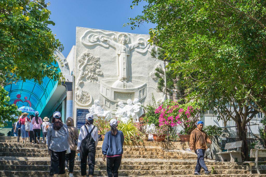 Treppen führen zu der Jesus Christus Statue in Vung Tau
