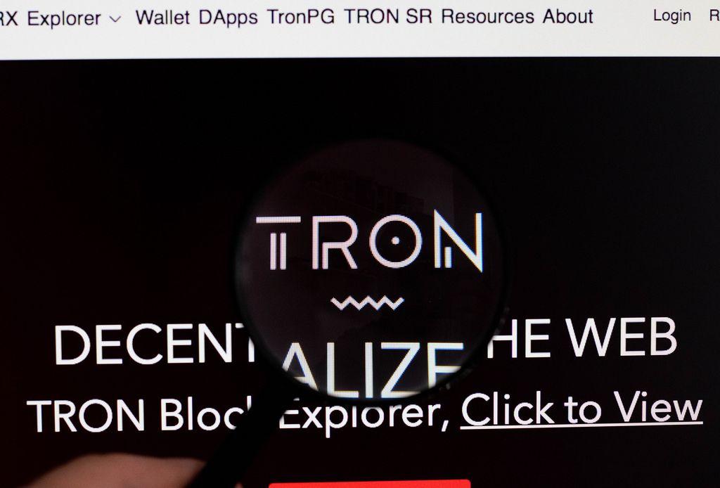 Tron-Logo am PC-Monitor, durch eine Lupe fotografiert