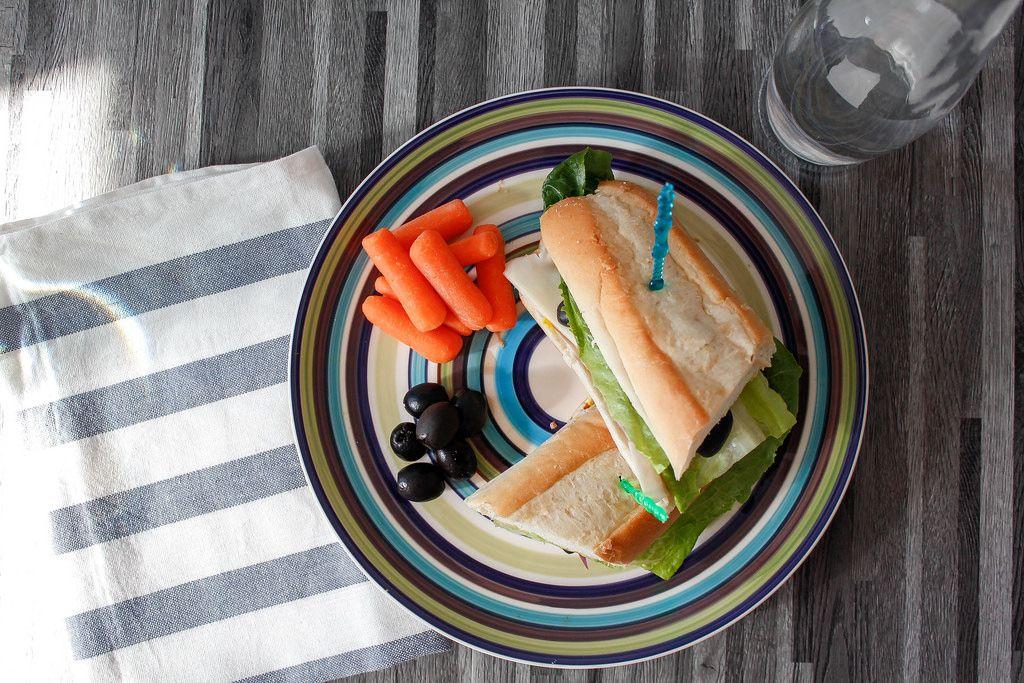Truthahn-Sandwich mit Oliven und Möhren