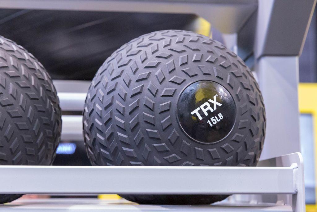 TRX schwarze Medizinbälle zum Krafttraining mit 15 Pfund, ca 6,8 kg, auf der Fibo in Köln