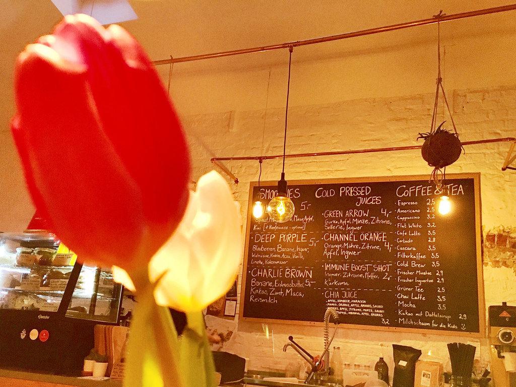 Tulpen vor Speisekarte in Kaffeehaus