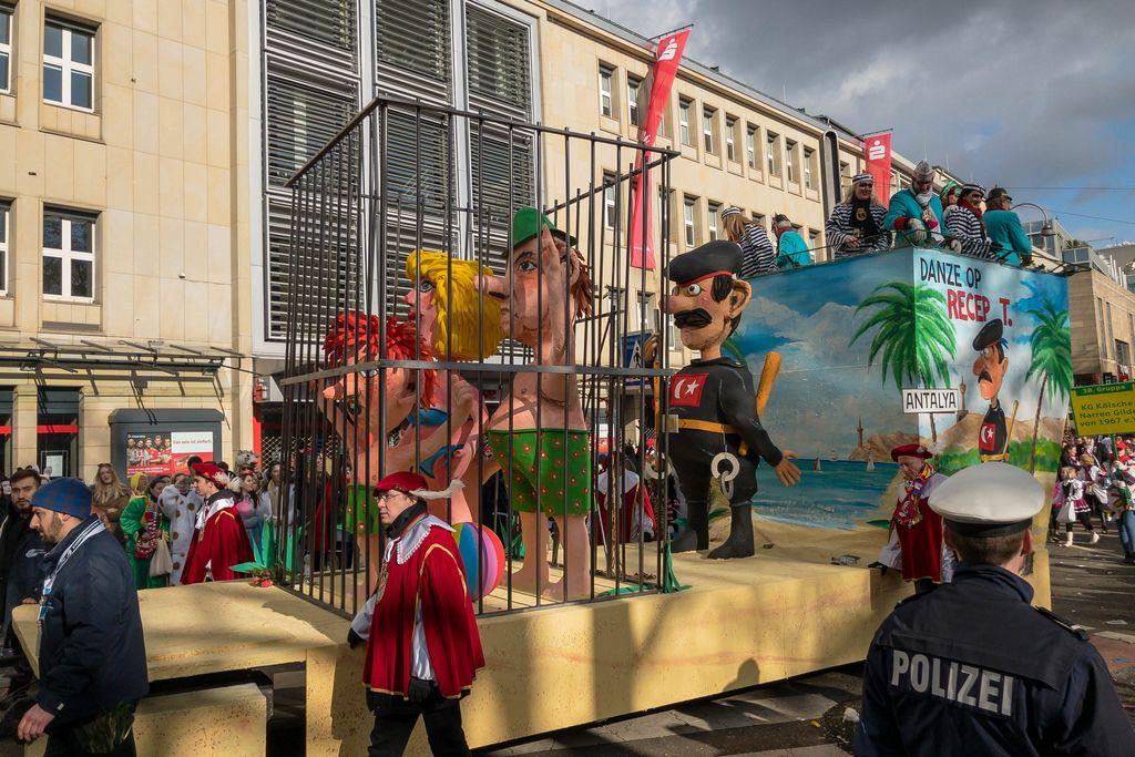 Türkische Politik als Thema eines Wagens beim Rosenmontagszug - Kölner Karneval 2018