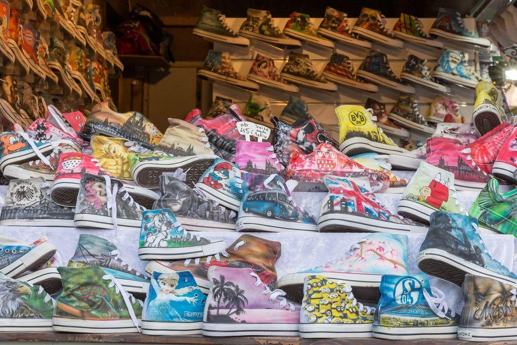 Turnschuhen in Converse Look mit Prints wie BVB, Mignons oder Schalke 04 auf Markt am Kölner Neumarkt