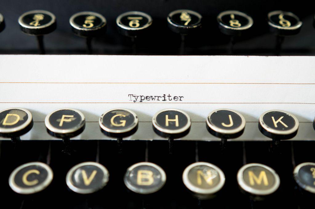 Typewriter - Eine alte Schreibmaschine - Nahansicht auf die Tasten