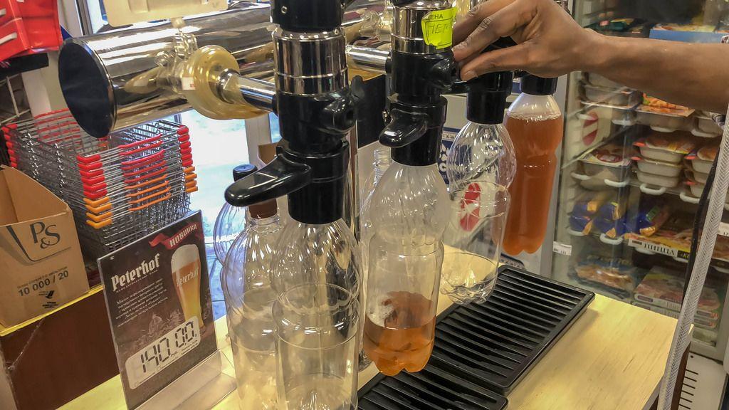Typische 1L-Bierflasche im russischen Supermarkt