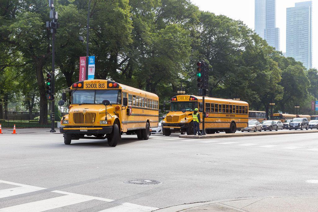 Typische amerikanische, gelbe Schulbusse