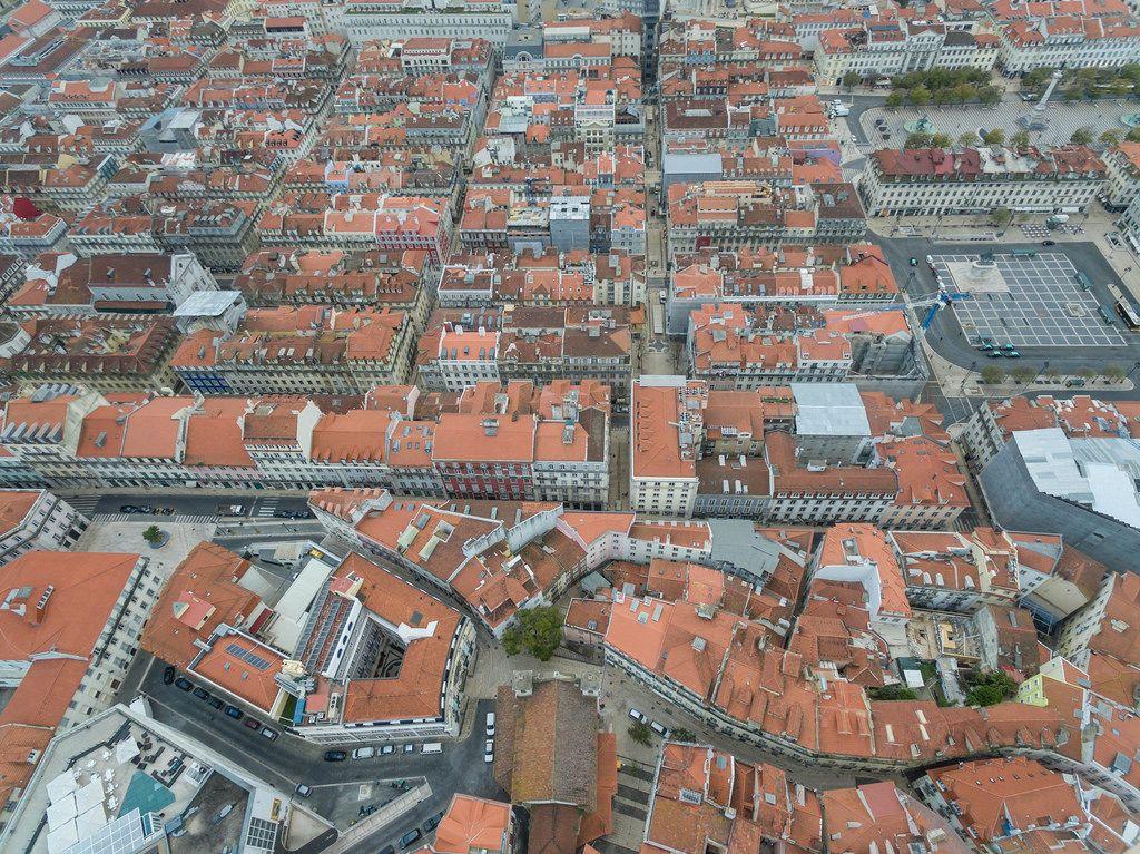 Über den Dächern von Lissabon, Portugal, mit dem Platz Praça da Figueira im Hintergrund (Drohnenfoto)