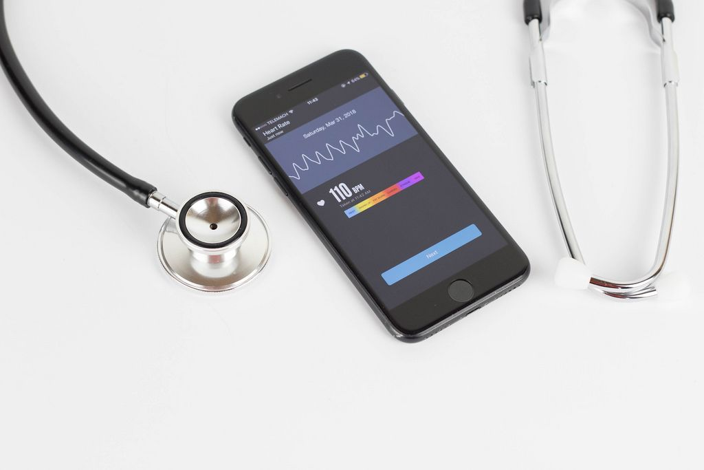 Überwachung des Herzschlags mit Smartphone App und Stethoskop