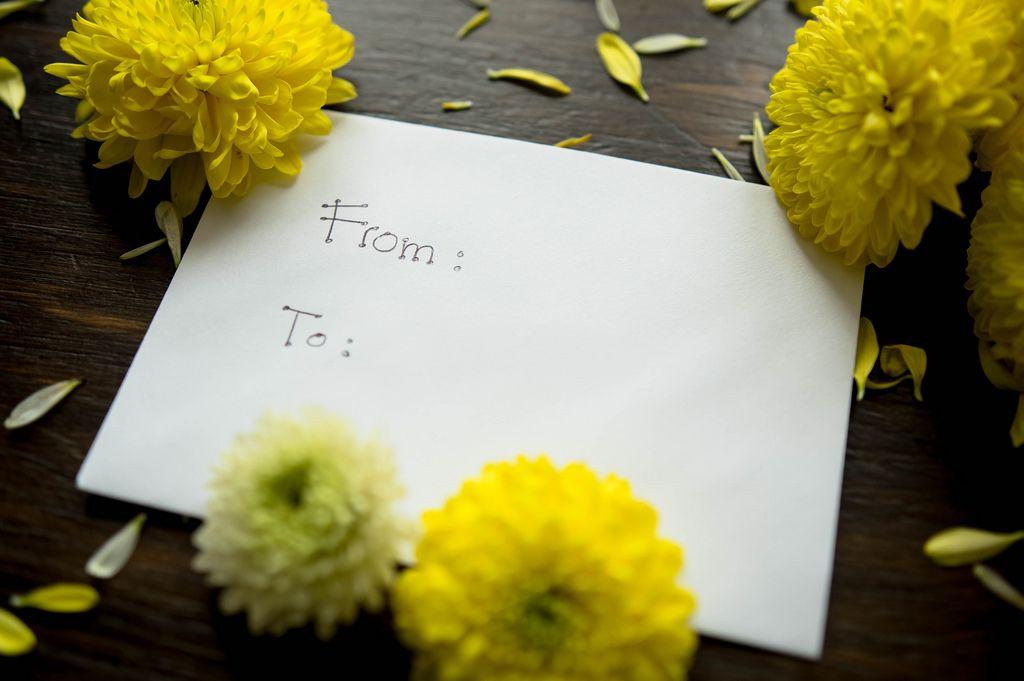 Umschlag mit unbekanntem Sender und Empfänger - mit Blumen als Dekor