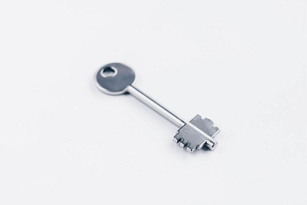 Ungewöhnlicher Metallschlüssel vor weißem Hintergrund