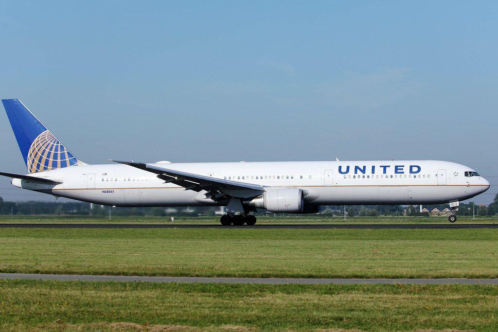 United Airlines Flugzeug auf der Startlinie am Flughafen Amsterdam Schiphol