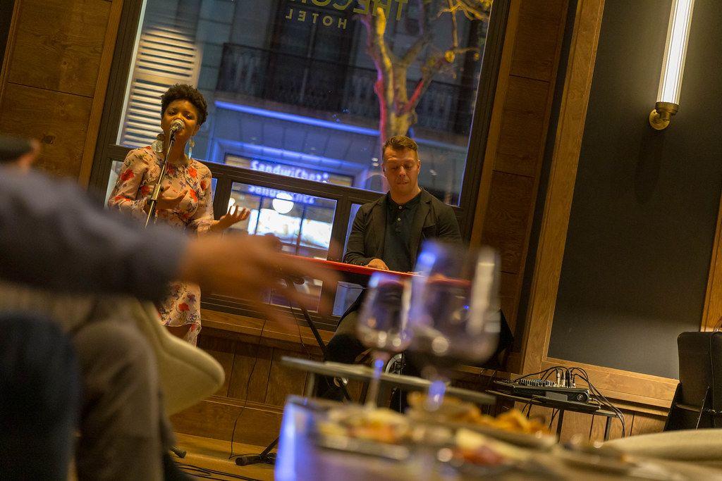 Unscharfe Drinks auf einem Tisch in der The Corner Bar, vor dem Musikauftritt einer Zweimann-Band, in Barcelona, Spanien