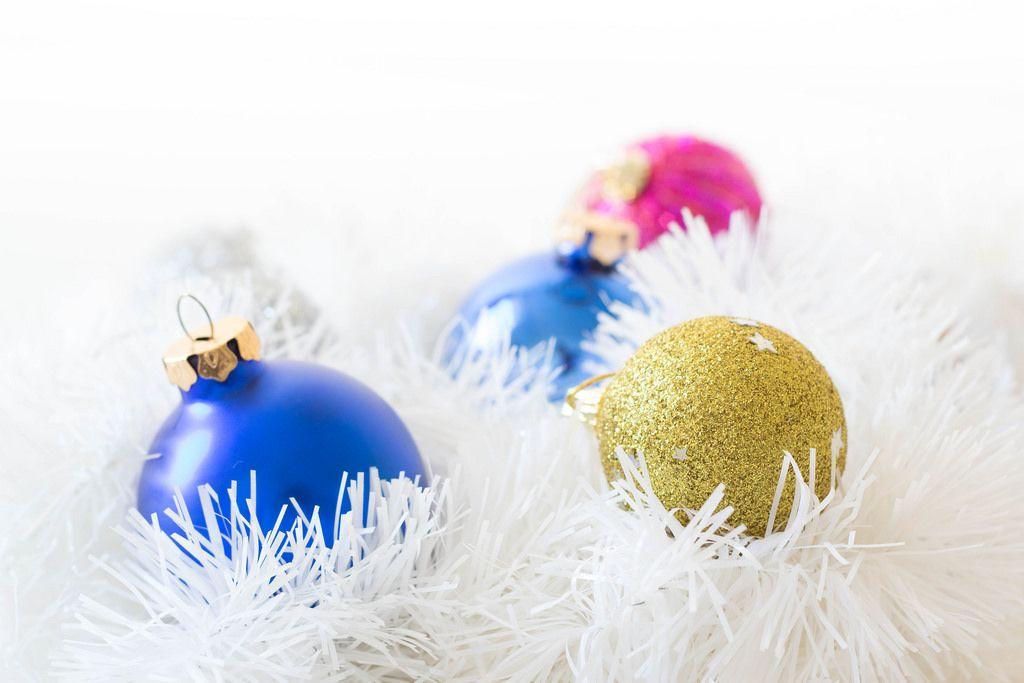 Unterschiedliche Weihnachtsbaumkugeln auf weißem Weihnachtsbaumschmuck