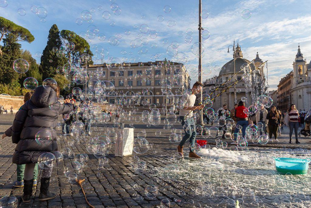 Unzählige kleine Seifenblasen auf dem Piazza del Popolo in Rom