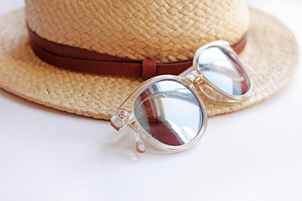 Urlaubsutensilien: Sonnenhut und Sonnenbrille (engl. Summer Accessories)