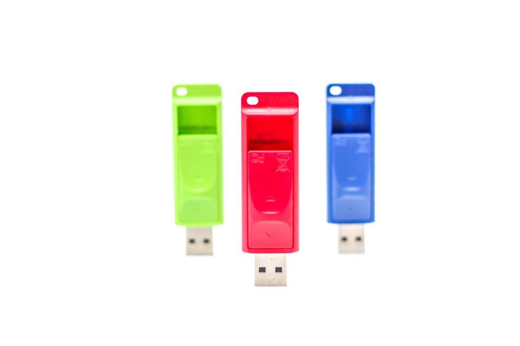 USB-Speicher-Sticks in verschiedenen Farben vor weißem Hintergrund
