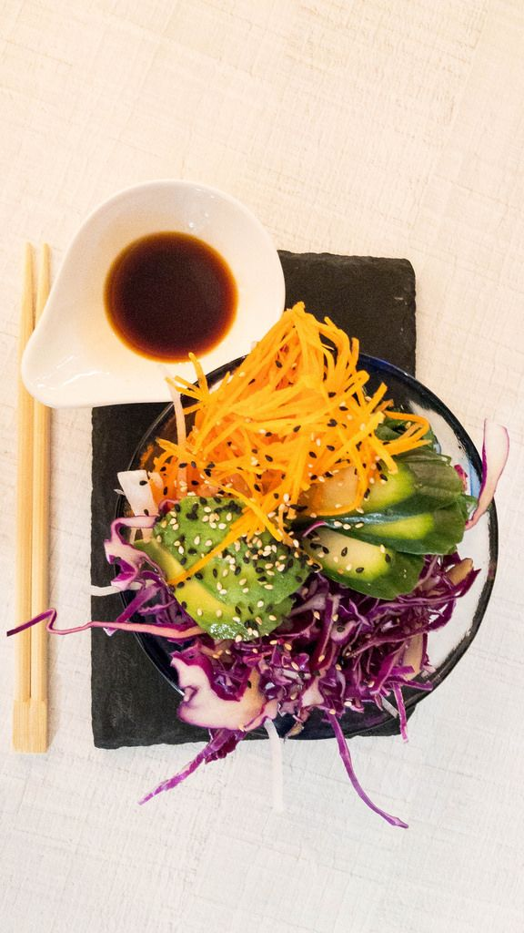 Vegan Dream mit Tofu-Reis, Karotten, Edamame, Avocado, Rotkohl, Mandeln