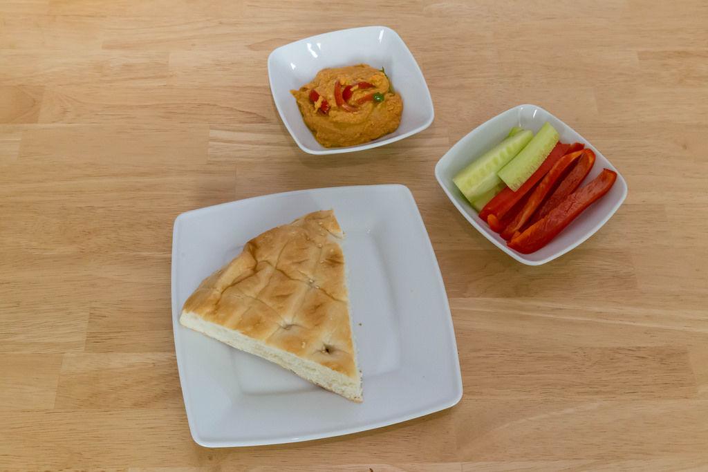 Vegan: Fladenbrot mit Hummus und Paprika-Sticks