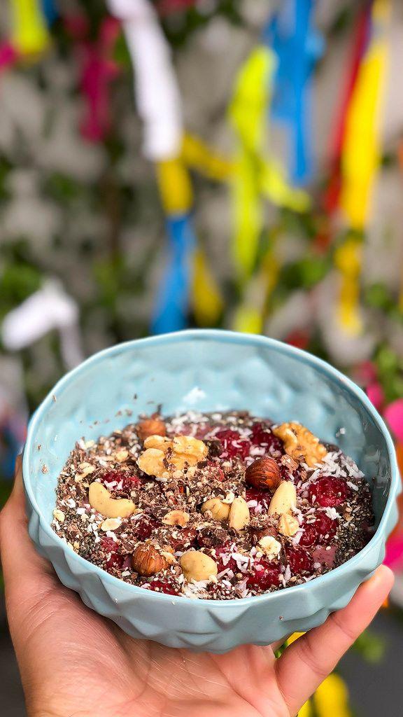 Vegane Acai-Bowl mit Nüssen, Himbeeren, Gojibeeren, Chia und Schokolade
